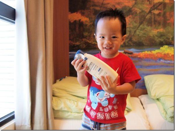 沐浴乳跟保湿乳中的IPHONE品牌Aveeno燕麦高效舒缓系列